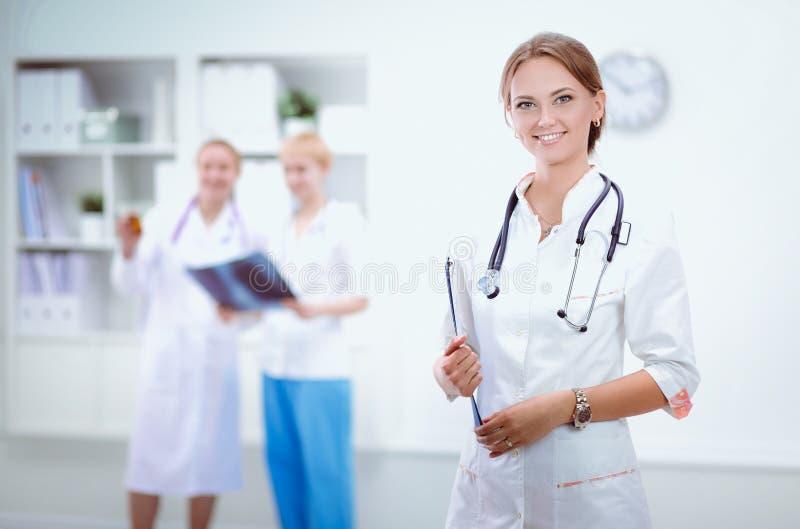 Docteur de jeune femme se tenant à l'hôpital avec le stéthoscope médical photos libres de droits