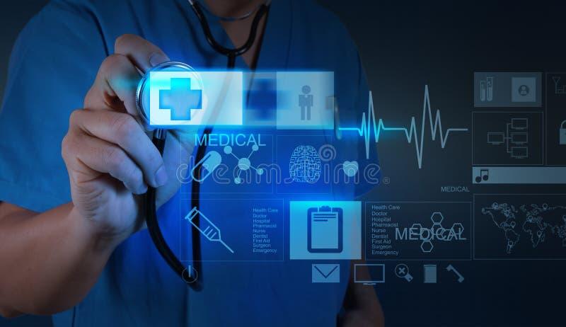 Docteur de médecine poussant sur le signe de premiers secours avec l'ordinateur moderne photographie stock