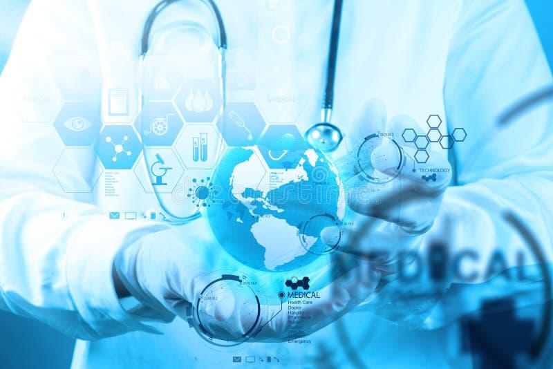 Docteur de médecine travaillant avec l'interface moderne d'ordinateur comme concep image stock
