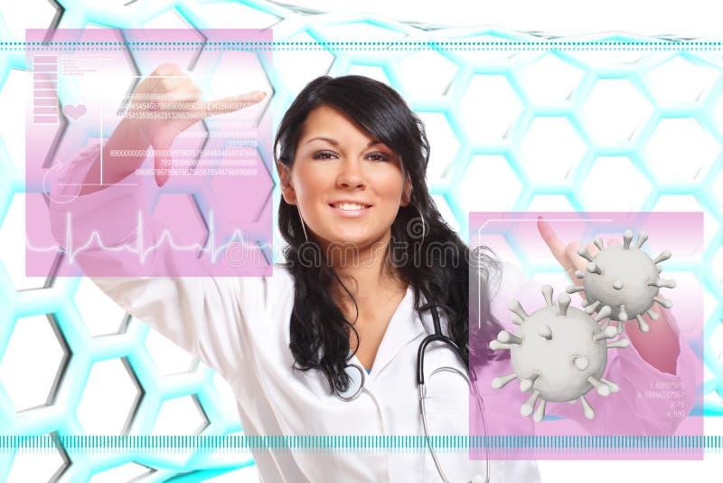 Docteur de médecine travaillant avec la surface adjacente futuriste photo stock