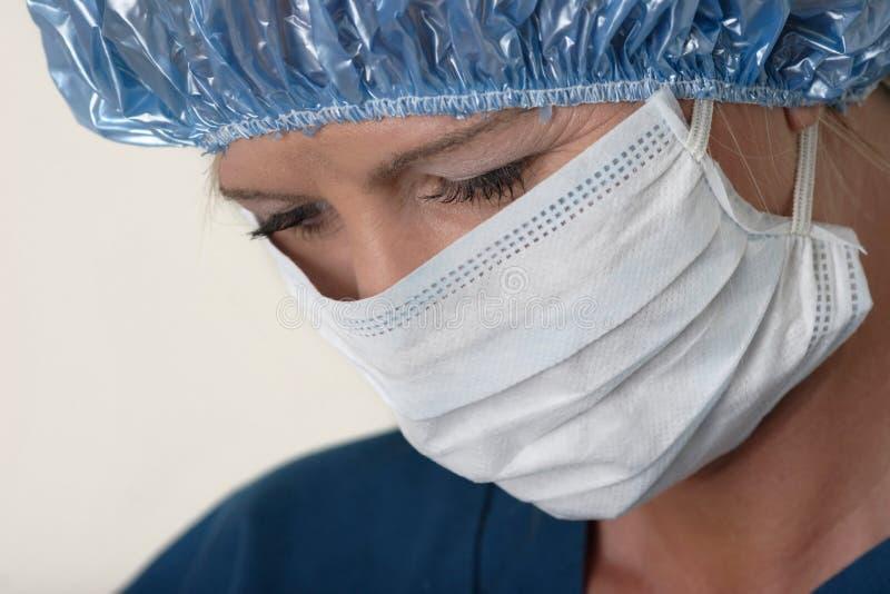 Docteur de Madame exécutant la chirurgie image stock