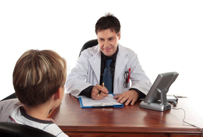 Docteur de pédiatre avec l'enfant photo libre de droits