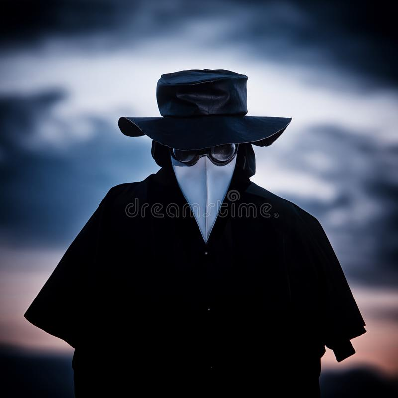 Docteur de peste dans le coucher du soleil photo stock