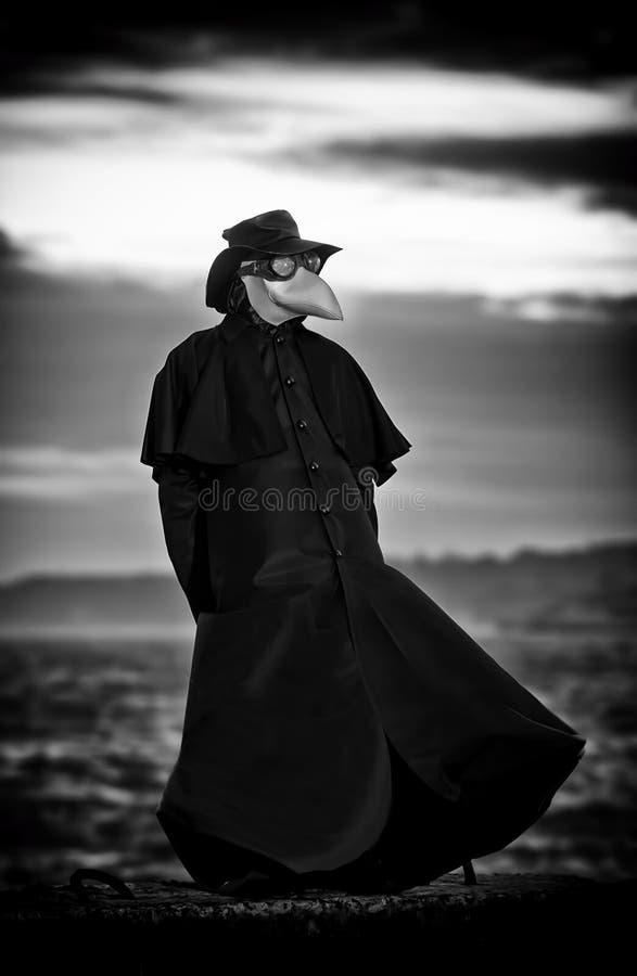 Docteur de peste dans le coucher du soleil image libre de droits
