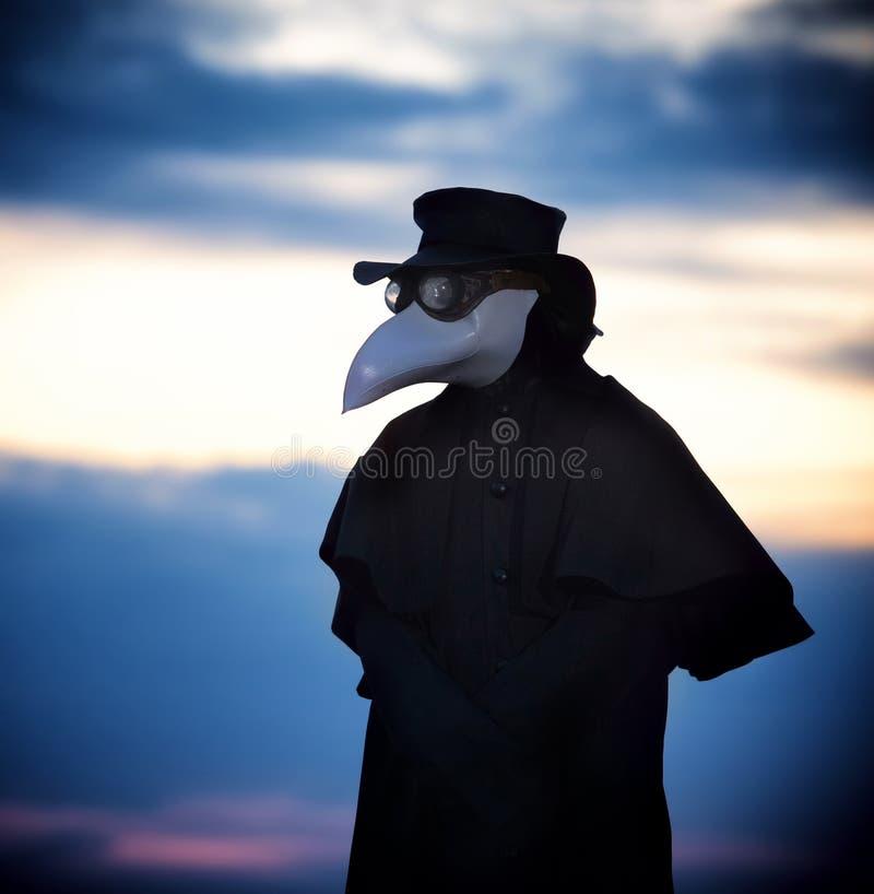 Docteur de peste dans le coucher du soleil photographie stock libre de droits