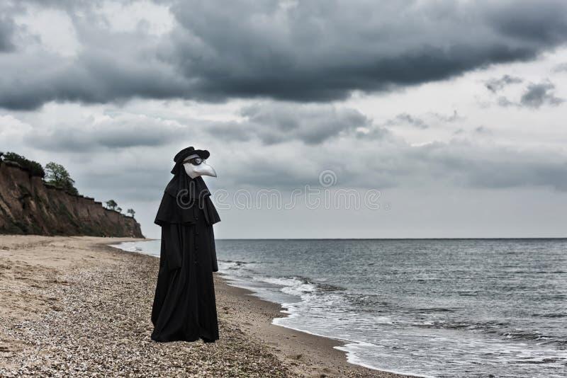 Docteur de peste en bord de la mer photos libres de droits