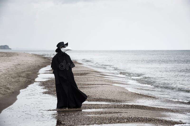 Docteur de peste en bord de la mer images libres de droits
