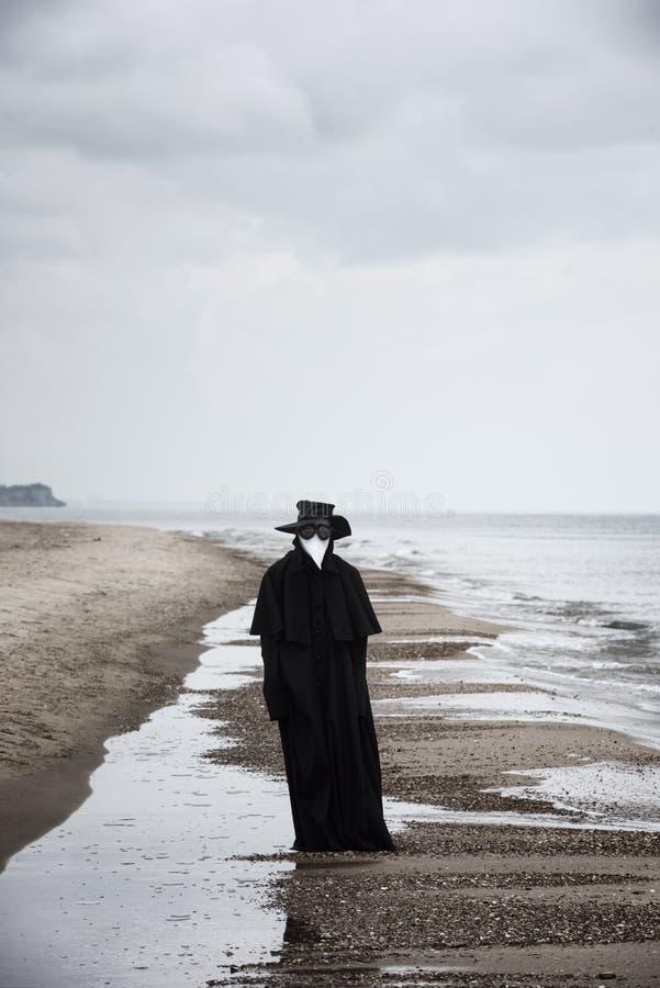 Docteur de peste en bord de la mer photo stock