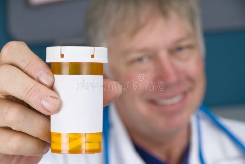 Docteur de pharmacien et bouteille de pillule images stock