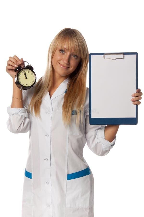 Docteur de sourire avec la planchette et l'horloge blanc image stock