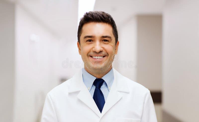 Docteur de sourire dans le manteau blanc à l'hôpital photo stock