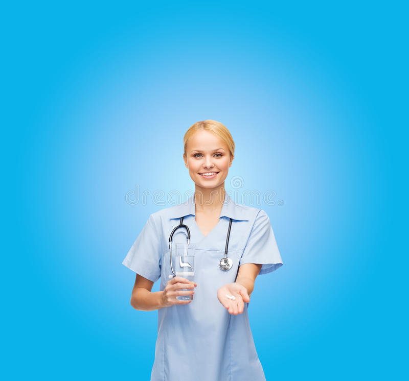 Docteur de sourire ou pilules et eau de offre d'infirmière image libre de droits