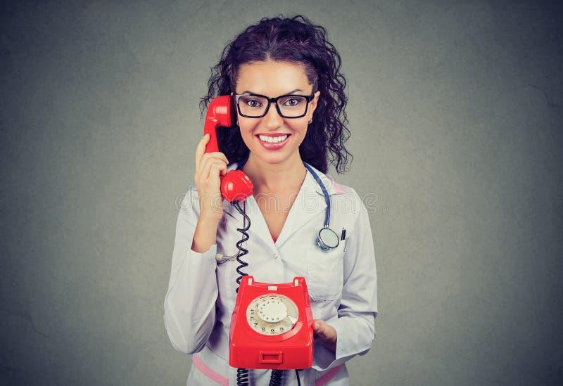 Docteur de sourire parlant du téléphone images stock