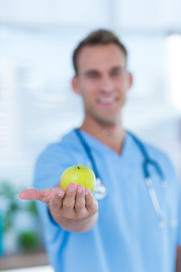 Download Docteur De Sourire Présent Une Pomme Verte Photo stock - Image du dieting, apparence: 56484066