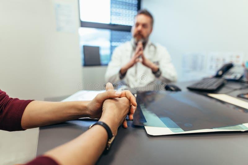 Docteur de visite patient féminin photo stock
