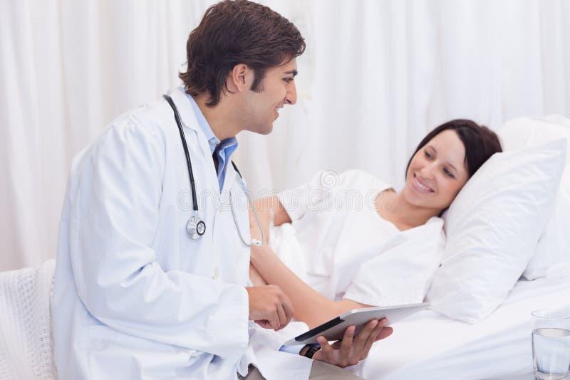 Docteur disant à son patient les bonnes nouvelles image libre de droits