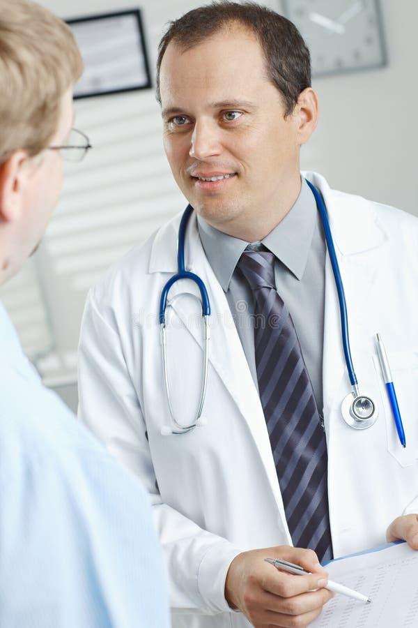 Docteur donnant des résultats d'essai photo stock