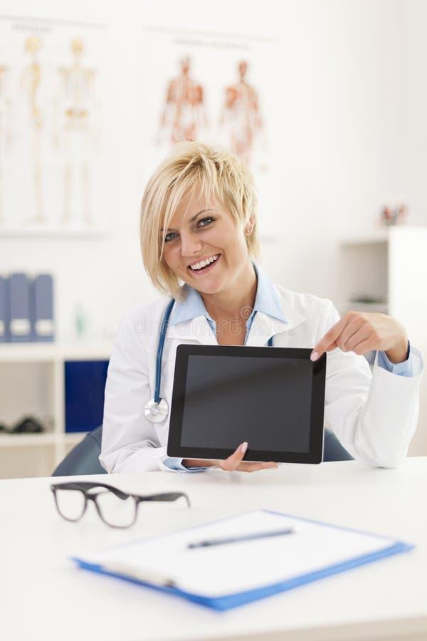 Docteur donnant des résultats sur l'écran numérique images stock