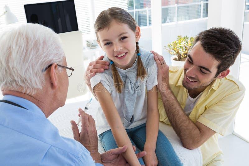 Docteur donnant une injection au patient images stock