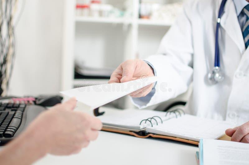 Docteur donnant une prescription à son patient photos libres de droits