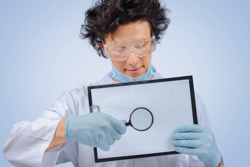 Docteur drôle avec le presse-papiers photo stock