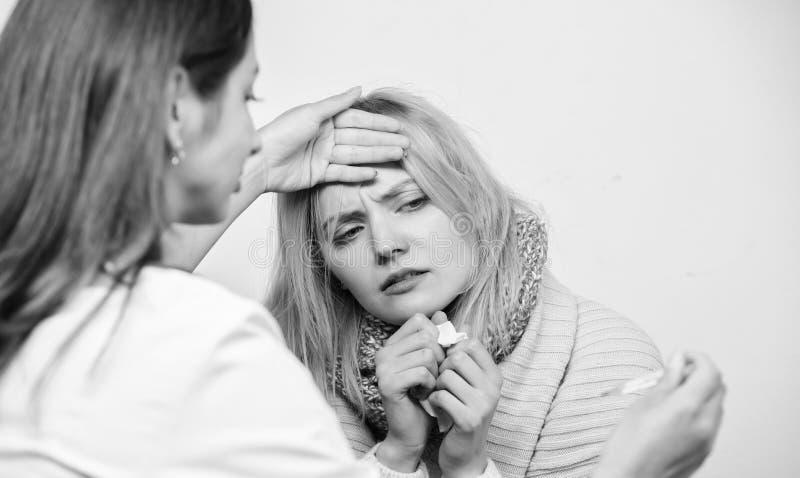 Docteur et concept patient Symptômes adultes de fièvre Traitement et quand appeler le docteur Femme de docteur examiner la person photo stock