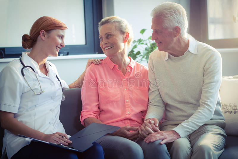 Docteur et couples supérieurs agissant l'un sur l'autre les uns avec les autres image libre de droits