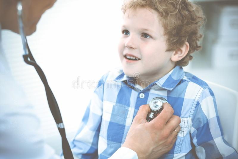 Docteur et enfant patient M?decin examinant peu de gar?on Visite m?dicale r?guli?re dans la clinique M?decine et soins de sant? photos stock