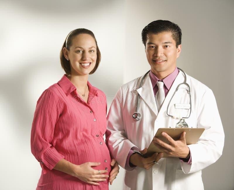 Docteur et femme enceinte. photos libres de droits