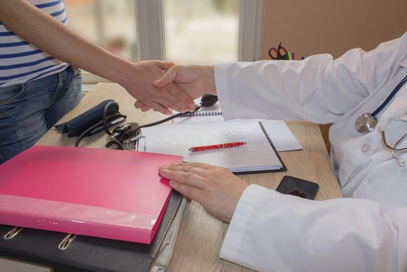 Docteur et patient au bureau Médecine, soins de santé et concept de personnes photographie stock