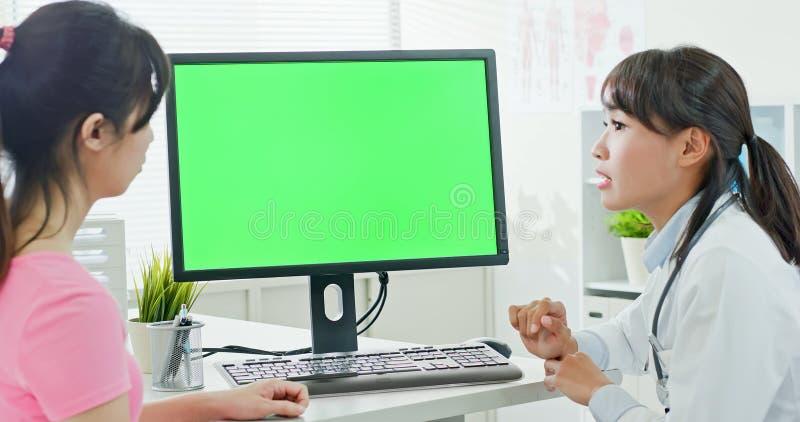 Docteur et patient avec l'ordinateur images stock