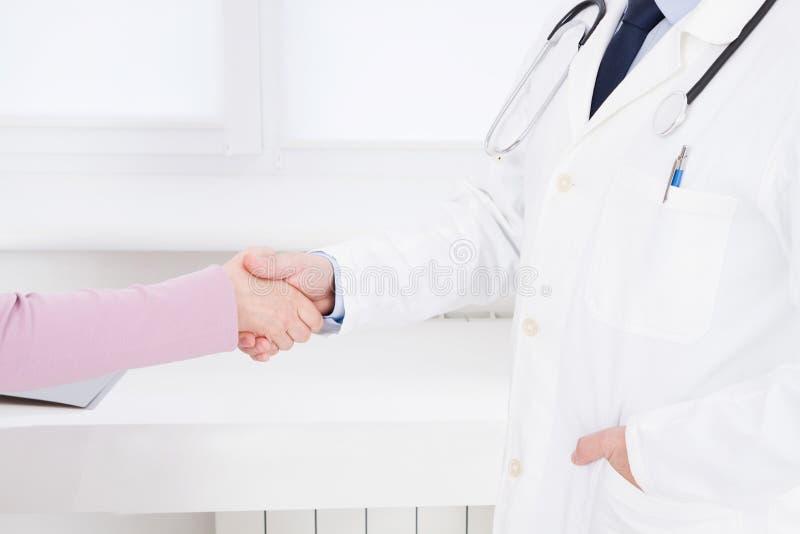 Docteur et patient dans le bureau se serrant la main le concept, de soins de santé et d'aide Assurance-maladie Doc. se reposant d photo stock