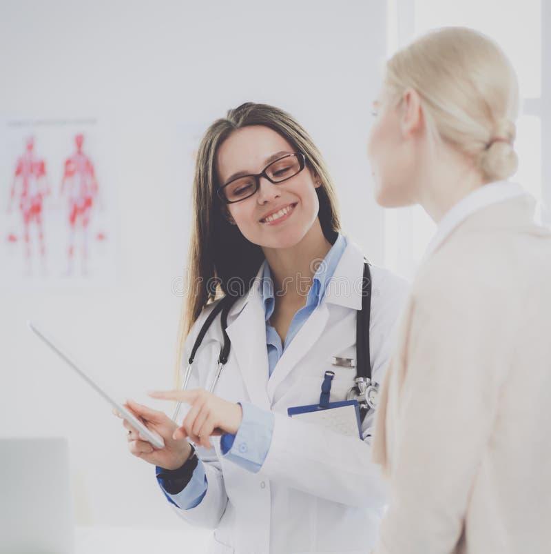 Docteur et patient discutant quelque chose tout en se reposant à la table Concept de médecine et de soins de santé images stock