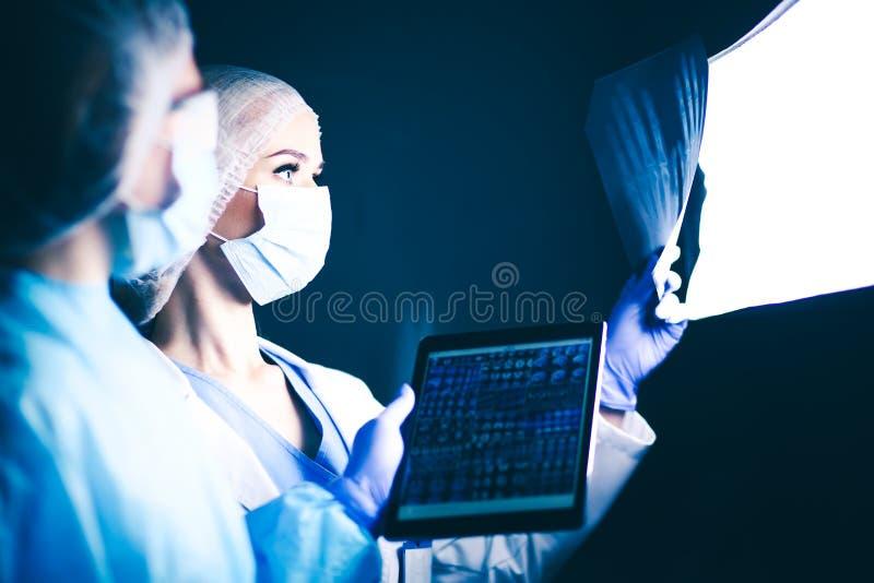 Docteur et patient discutant quelque chose tout en se reposant à la table Concept de médecine et de soins de santé Docteur et photos libres de droits