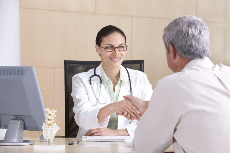 Docteur et patient féminins image libre de droits