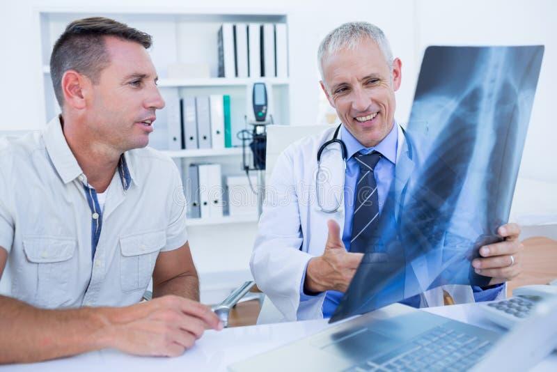 Download Docteur Et Patient Regardant Le Rayon X Image stock - Image du soin, indoors: 56484401