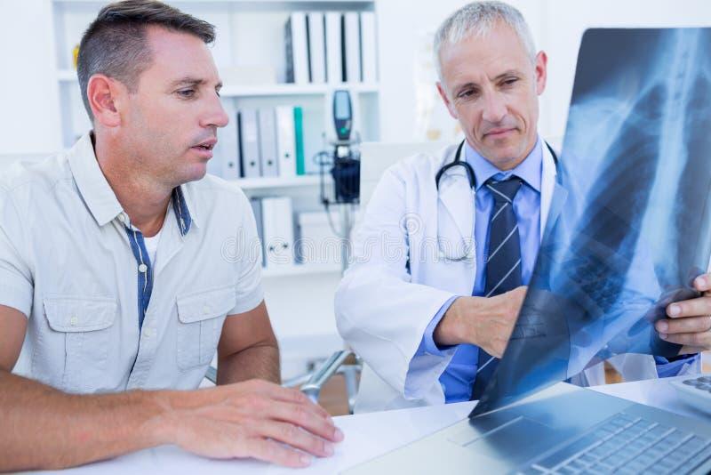 Download Docteur Et Patient Regardant Le Rayon X Photo stock - Image du couche, mâle: 56484404
