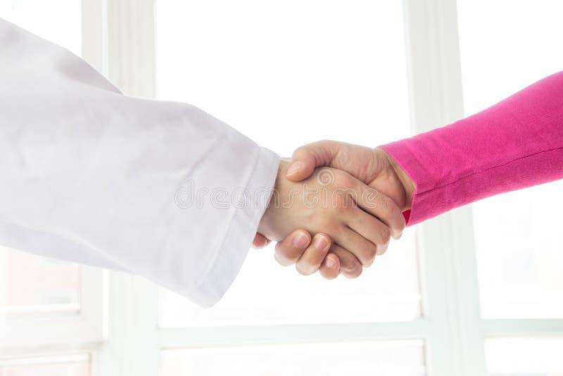 Docteur et patient se serrant la main photo libre de droits