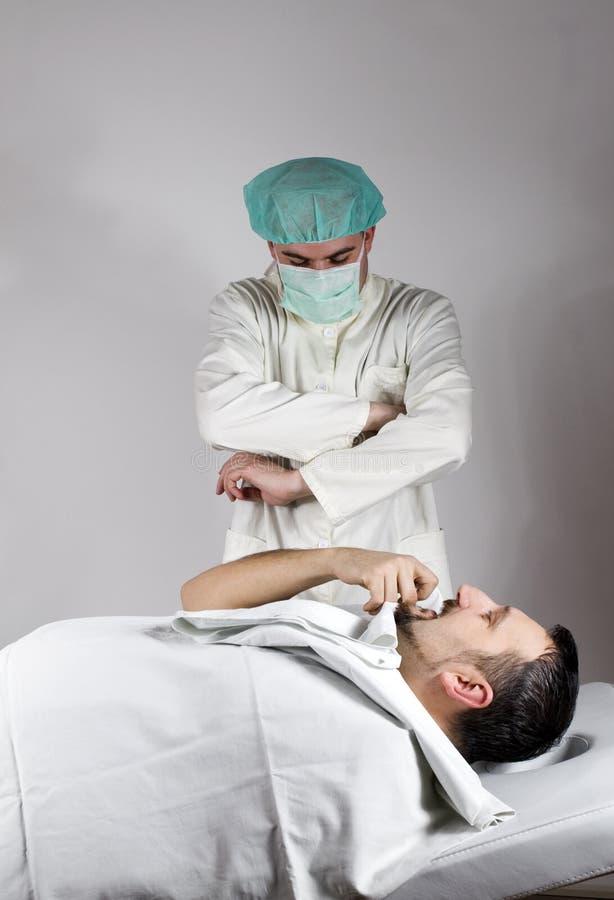 Docteur et son patient photos stock