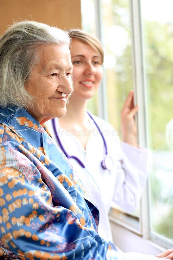 Docteur et son sourire patient images stock