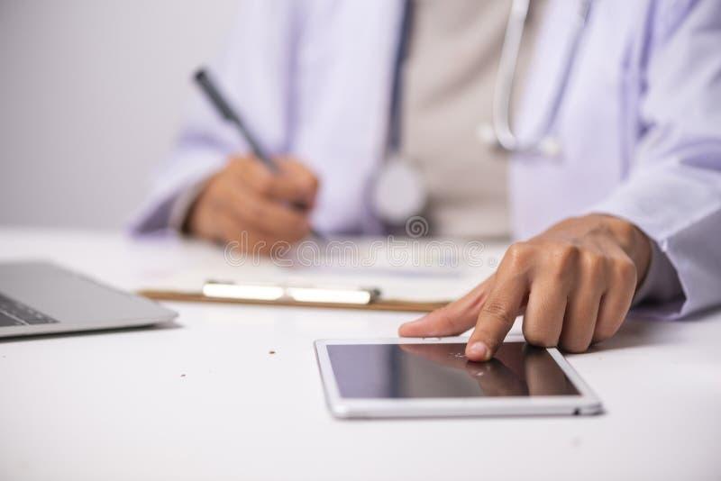 Docteur et stéthoscope sur la table blanche, concept de soins de santé image libre de droits