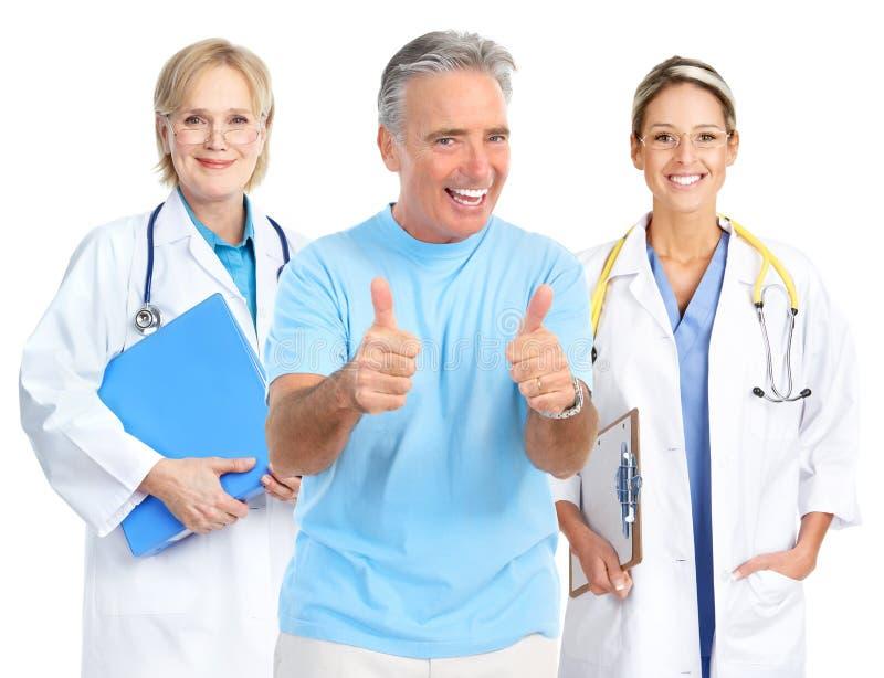 Docteur et vieil homme en bonne santé photo stock