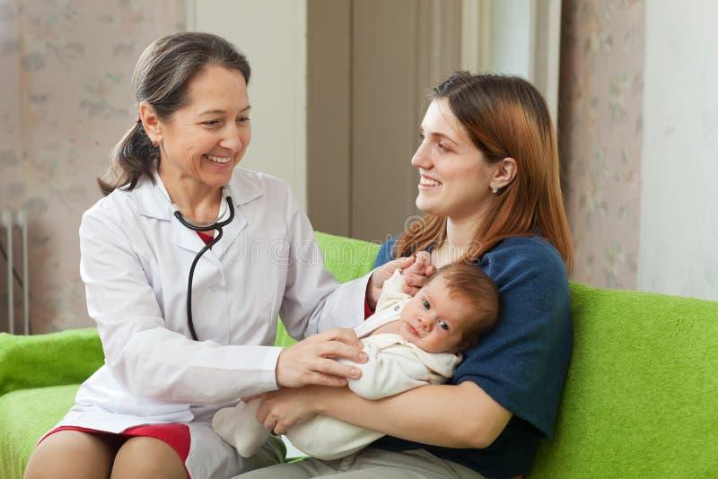 Download Docteur Examinant La Chéri Nouveau-née Image stock - Image du hôpital, médecine: 45351525