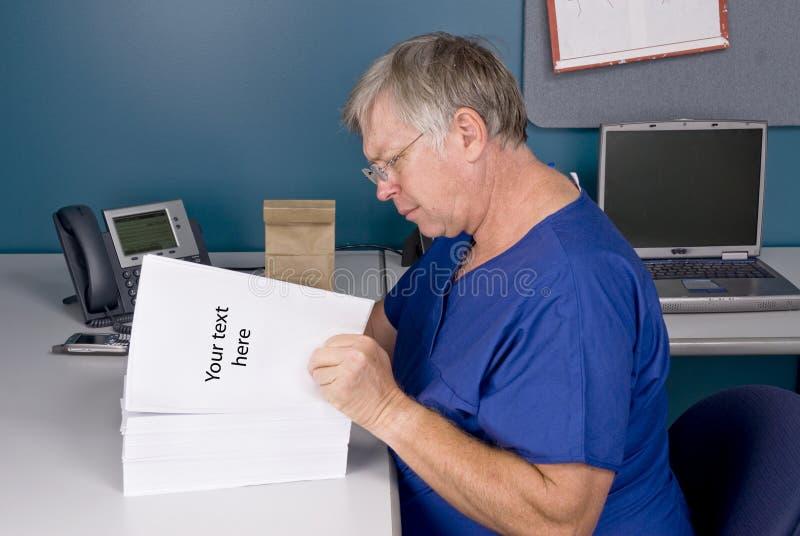 Docteur examinant le document photo libre de droits