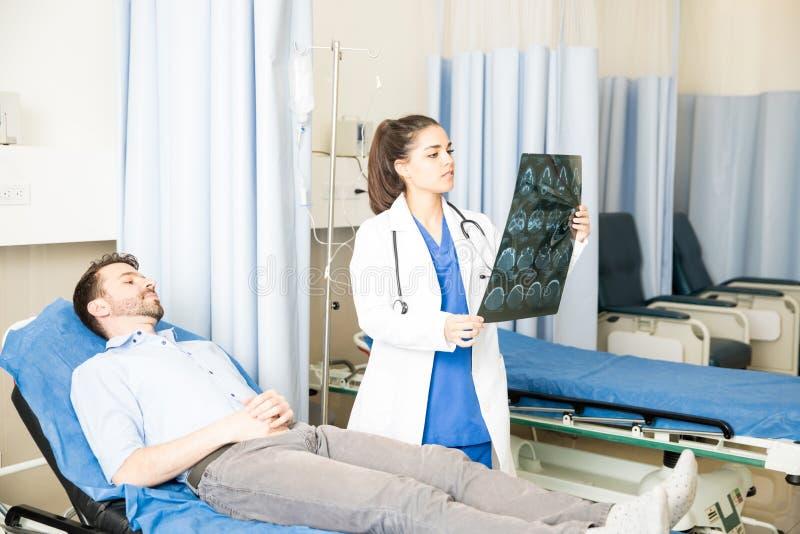 Docteur examinant le résultat d'essai d'IRM du patient photos libres de droits