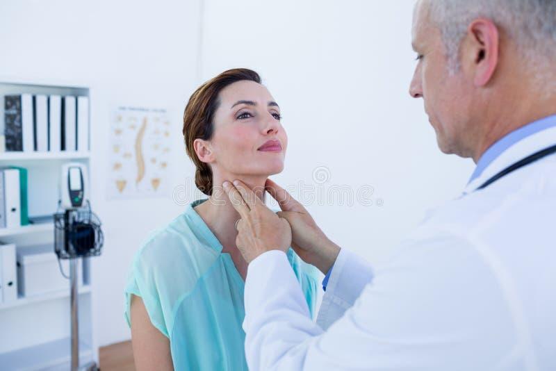 Download Docteur Examinant Son Cou Patient Image stock - Image du docteur, diagnostiquez: 56484439