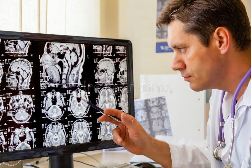 Docteur examinant un balayage d'IRM du cerveau images libres de droits