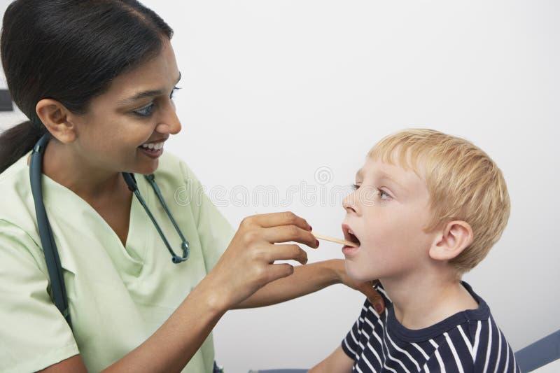 Docteur Examining Patient Throat photos libres de droits