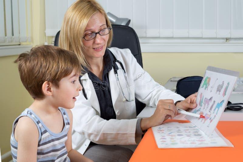 Docteur Examining un garçon de trois ans dans la chambre de consultation photographie stock