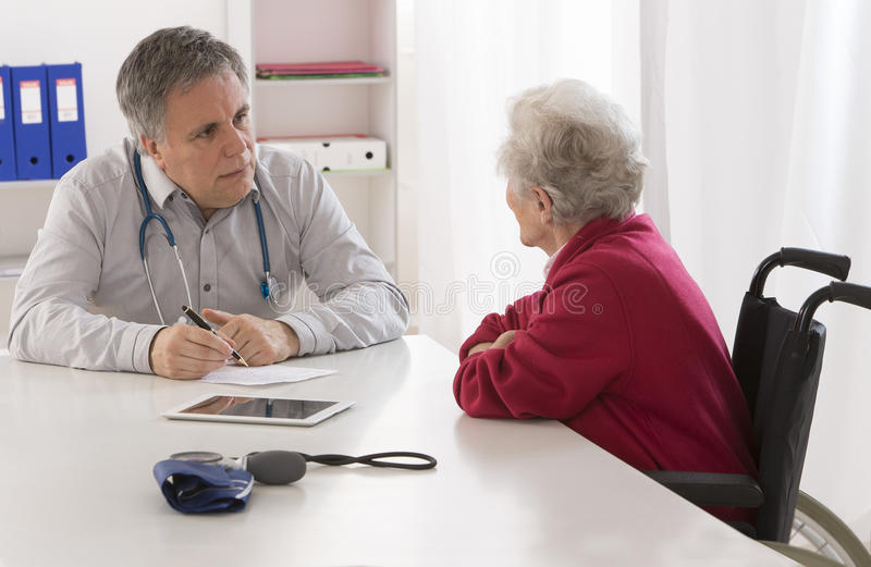 Docteur expliquant le diagnostic à son aîné photographie stock libre de droits